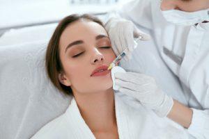 una donna che si sottopone ad un trattamento di riempimento delle labbra con l'acido ialuronico