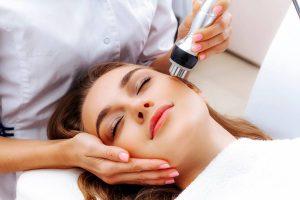 donna durante un trattamento di biostimolazione dei contorni del viso