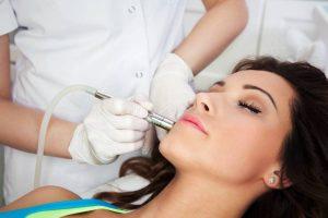 ragazza effettua un trattamento di laserterapia per le cicatrici atrofiche del viso
