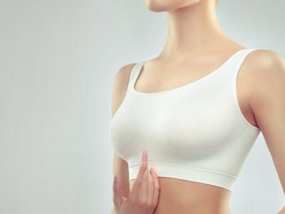 donna dopo aver fatto un trattamento di dermogenesi per le smagliature al seno